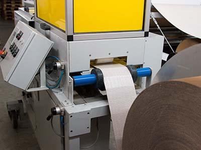 Beitragsbild zu Sonderloesungen. Abgebildet ist die VariProtect XL, eine Maschine für die Herstellung von Kantenschutz aus Rollenwellpappe