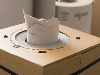 Detailfoto mit Papierspendeboxen SpeedMan Box aus der Füllpapier herausgezogen wurde