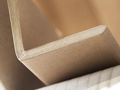 Beitragsbild Kantenschutz aus Vollpappe. Abgebildet ist ein Detailfoto eines L-Profils