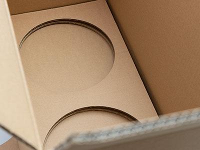Detailfoto eines gestanzten Kartonseinsatzes aus Wellpappe