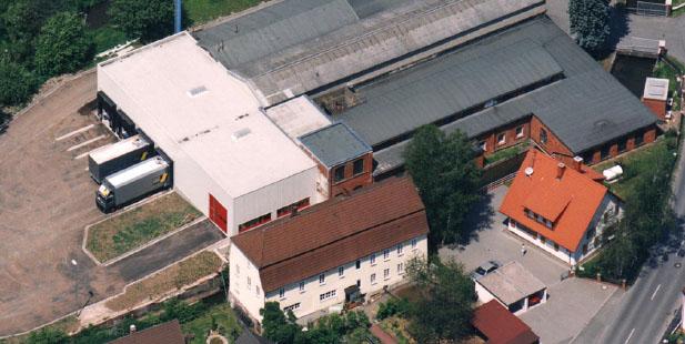 """Beitragsbild zu """"Unsere Geschichte"""". Gezeigt wird das Produktionswerk in Rödental im Jahr 1988."""